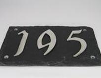 Leisteen huisnummerplaat met roestvrijstalen cijfer