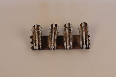 Handgemaakte kapstok bruin witte slippers