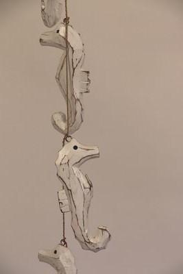 5 houten whitewash zeepaardjes aan touw