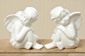 Lief zittend wit porseleinen engeltje