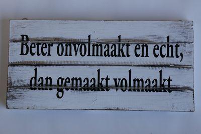 Houten zwart/wit tekstbord Beter onvolmaakt en echt dan gemaakt volmaakt'.