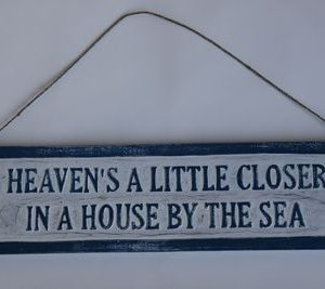 Houten blauw/wit tekstbord Heaven's a little closer in a house by the sea