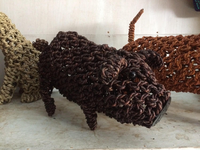 Ropimal touwgras varkentje donkerbruin handwerk Indonesië