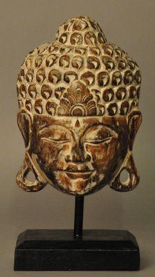 Buddha hout masker op voet