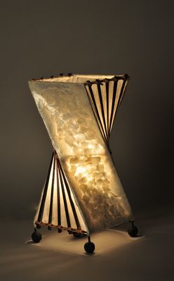 Lamp van schelpen katoen en hout