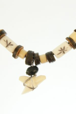 Haaientand met houten en stenen kraaltjes aan waxkoordketting