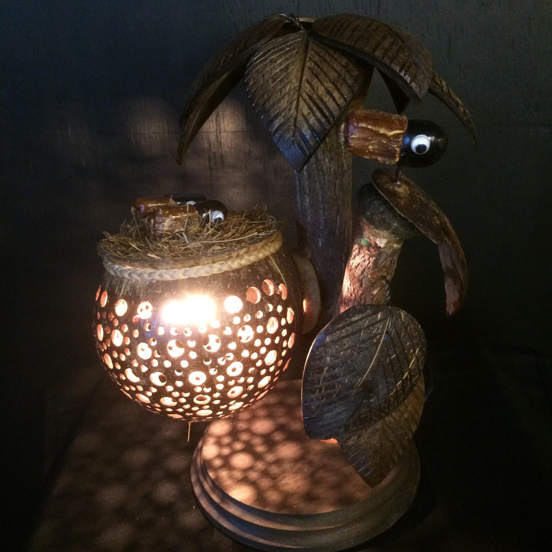 Kokosnootlamp palmboom met vogelnest