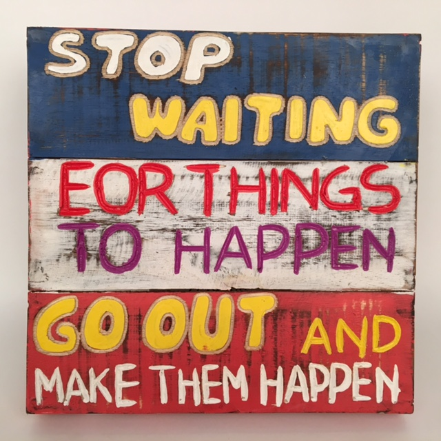 Houten tekstbord - Stop waiting for things to happen... blauw/wit/rood