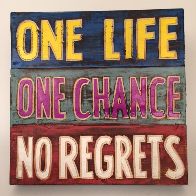 Houten tekstbord - One life, one chance, no regrets blauw/grijs/rood