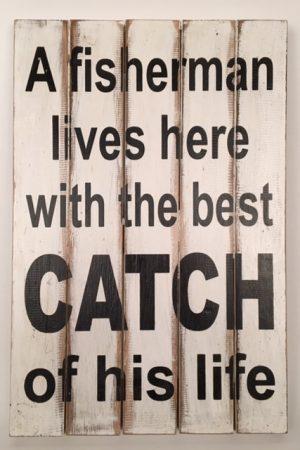 Houten tekstbord 'a fisherman lives here...'