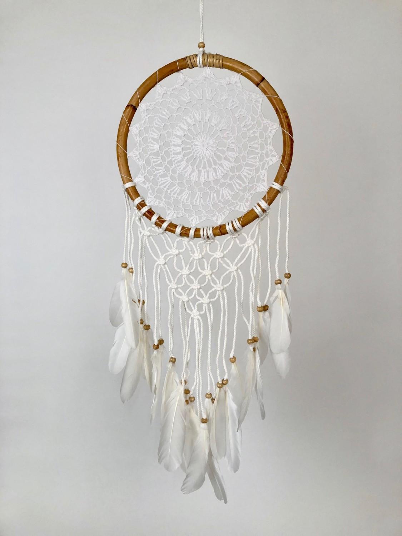 Dromenvanger zonder kleintjes gehaakt met macramé in houten ring 27cm - wit