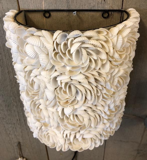 Handgemaakte schelpen wandlamp uit Indonesië roosjes